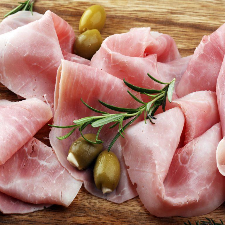 Photo carré de tranches de jambon avec des olives