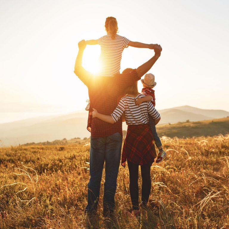Photo carré d'une famille regardant le couché de soleil