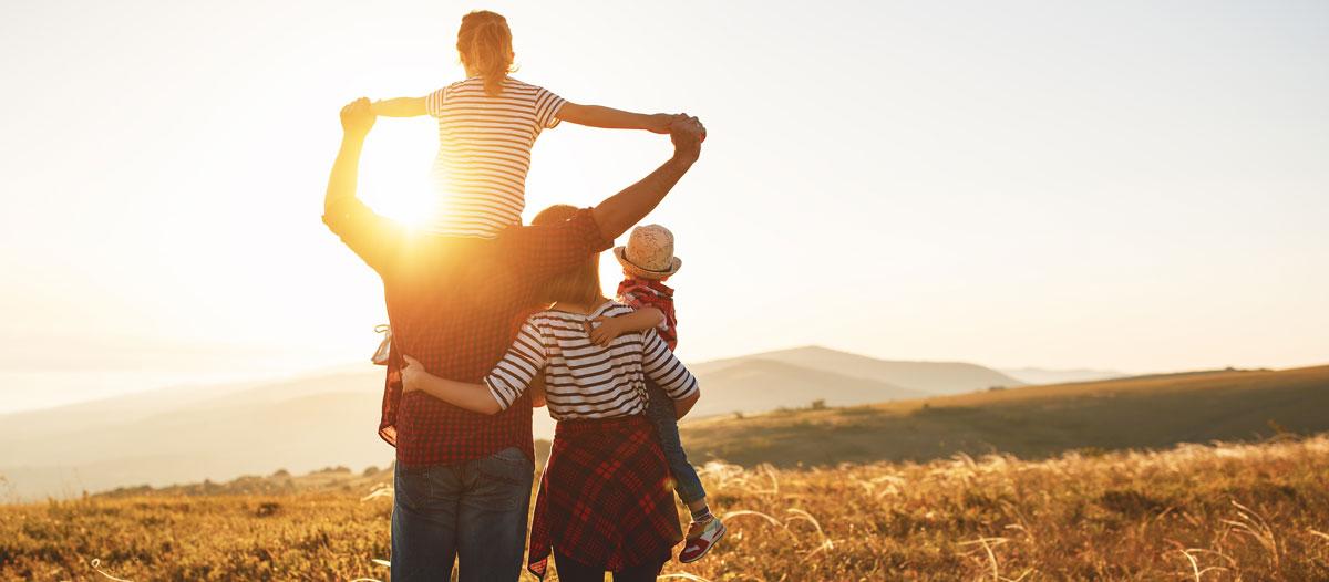 Image d'un slider avec une famille regardant le couché du soleil